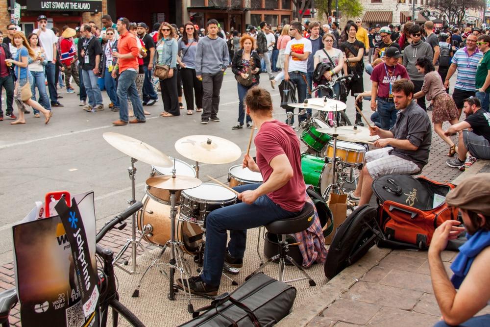 live-musicians-on-sixth-street-austin
