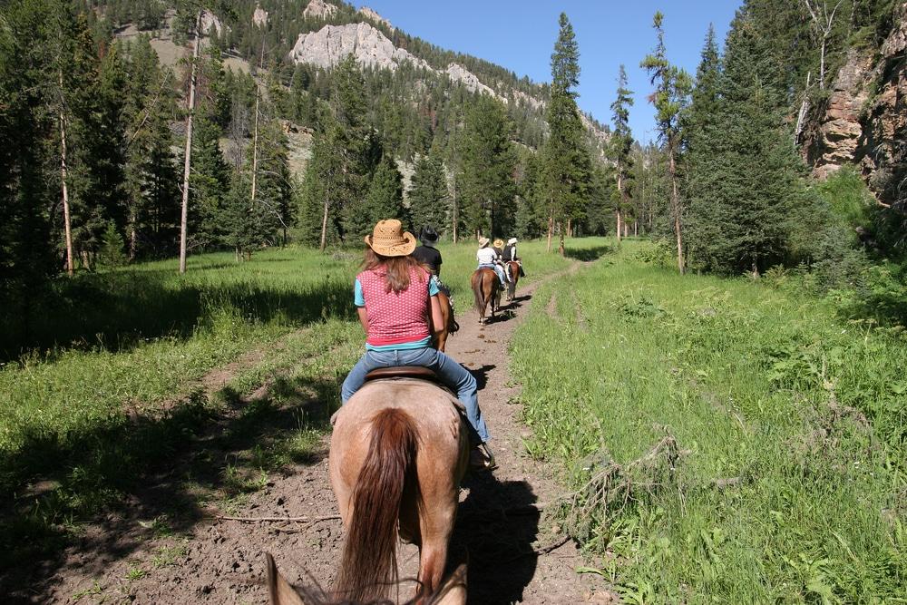 horseback-riding-near-mountains