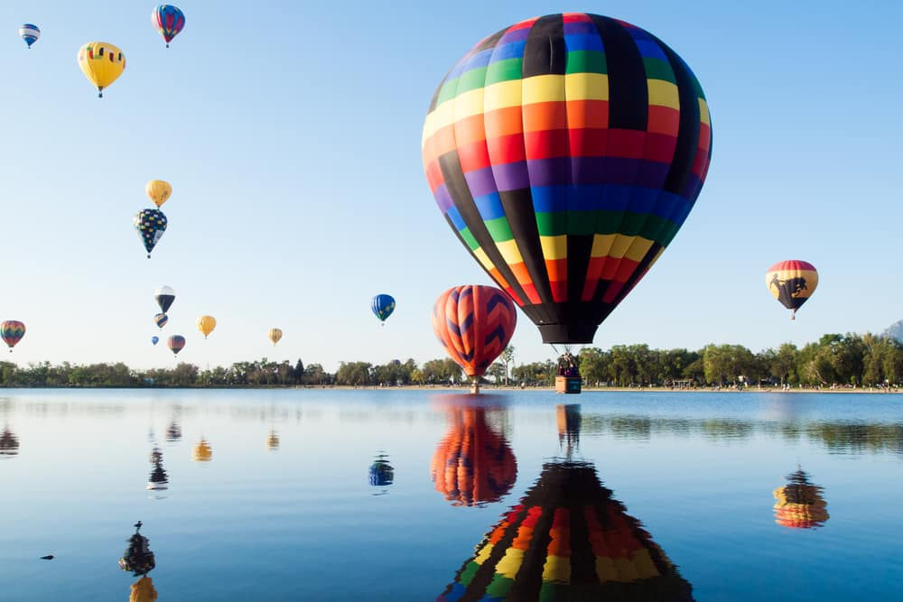 hot-air-balloon-festival-above-lake