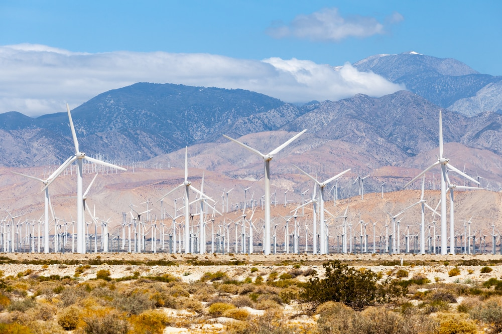white-windmills-in-palm-springs