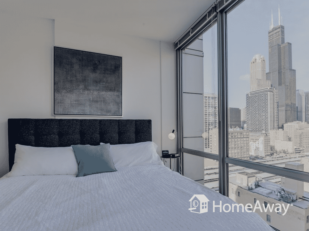 chicago-bedroom-with-skyscraper-views