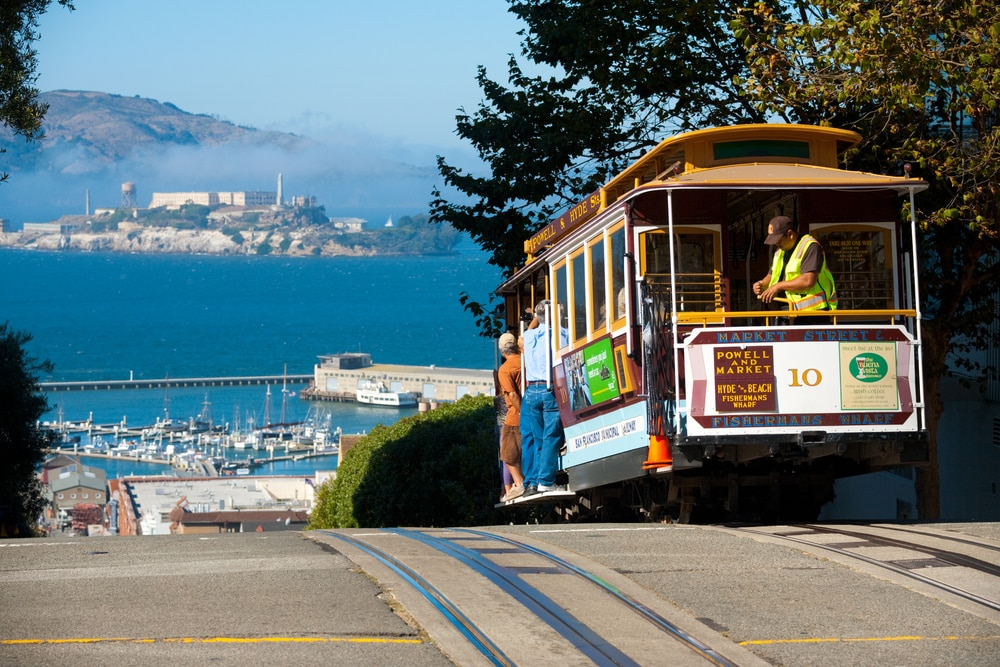 cable-car-on-san-francisco-street