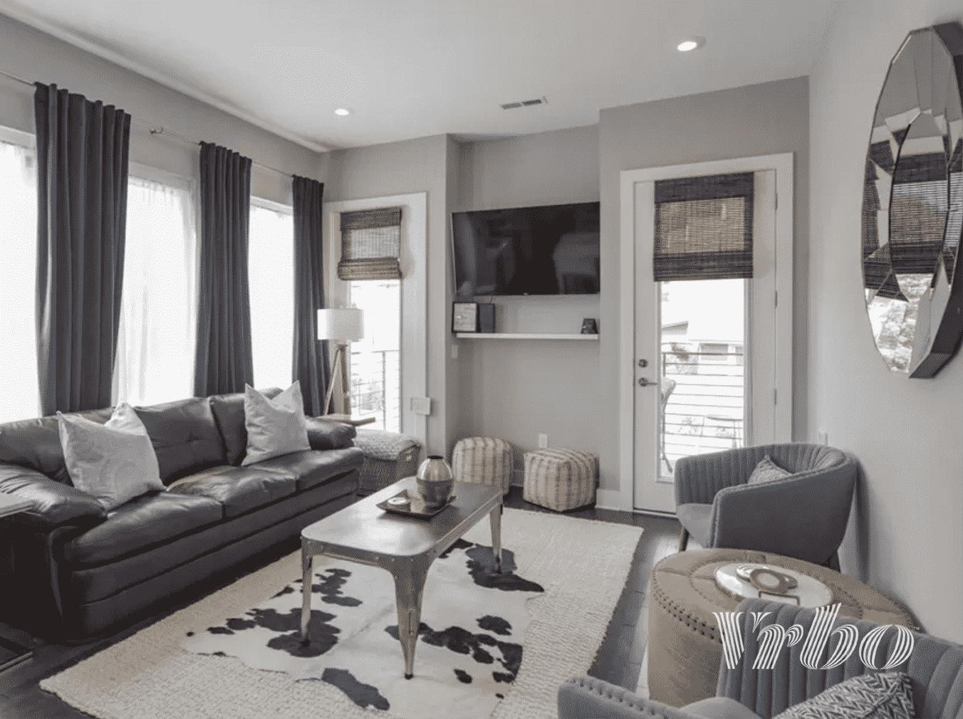 vrbo-nashville-living-room