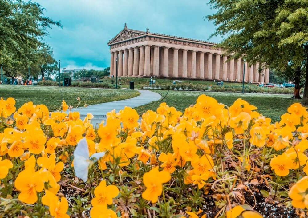 flowers-in-front-of-nashville-parthenon