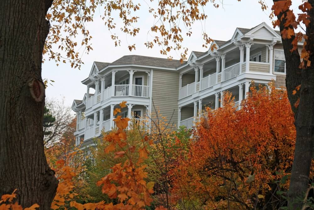 lake-geneva-inn-in-fall
